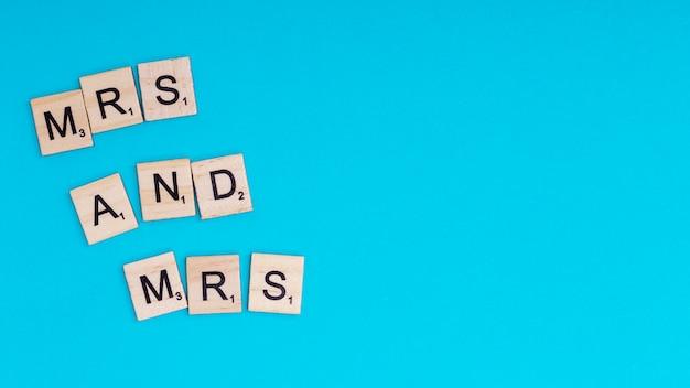 Texto mrs e mrs em blocos de madeira
