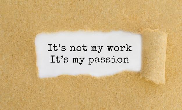 Texto não é meu trabalho é minha paixão aparecendo atrás de um papel pardo rasgado.