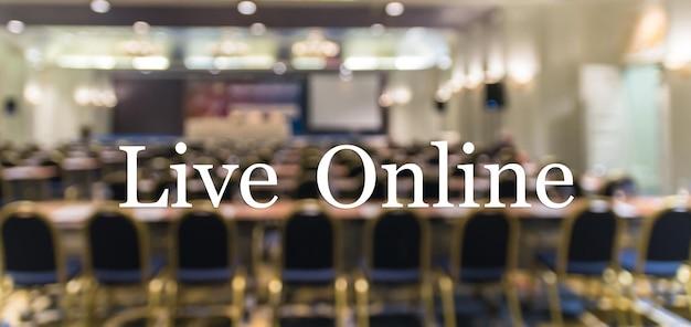 Texto on-line ao vivo sobre foto borrada de sala de conferência ou sala de seminário sem o fundo do participante