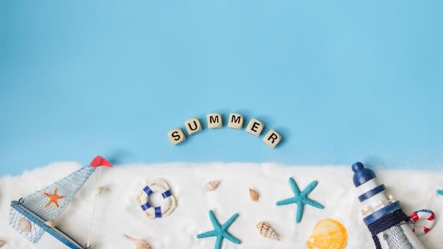 Texto para o verão. vista superior da decoração marinha sobre fundo azul. conceito náutico.