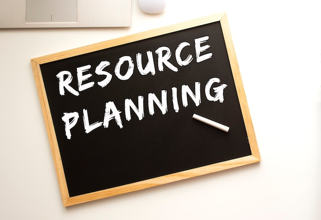 Texto planejamento de recursos escrito a giz em uma lousa