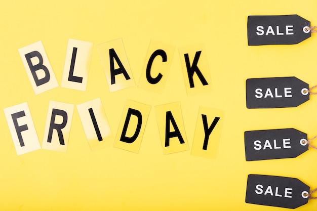 Texto preto sexta-feira com tags de venda preto