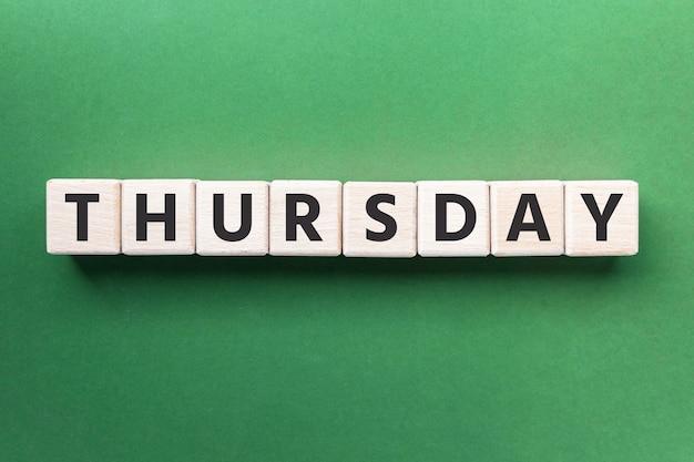 Texto quinta-feira em cubos de madeira com fundo verde dia da semana blocos de madeira quadrados vista superior fl