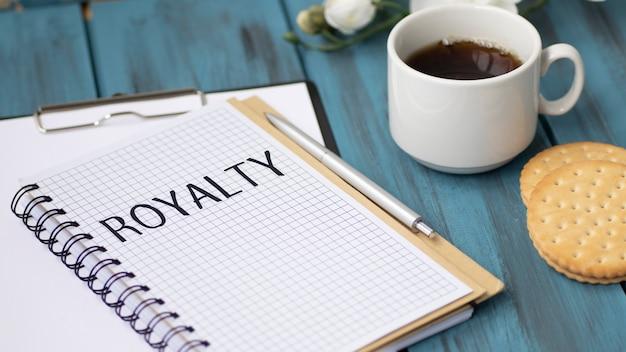 Texto royalty no notebook do escritório com ferramentas de escritório