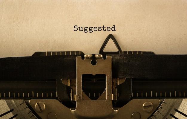 Texto sugerido digitado em máquina de escrever retrô, imagem de estoque