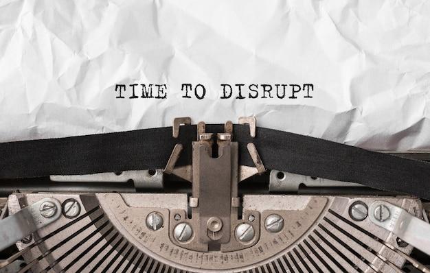 Texto time to disrupt digitado em máquina de escrever retrô