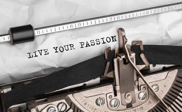 Texto viva sua paixão digitado em máquina de escrever retrô