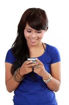 Textos de mulher no celular com sorriso no rosto