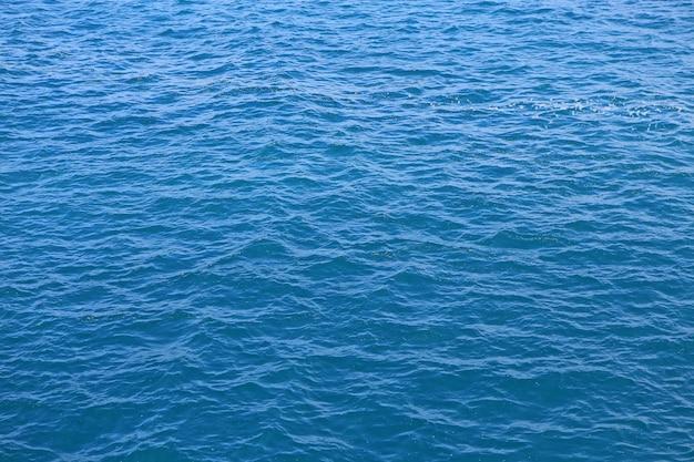 Textura abstrata do mar da água azul.
