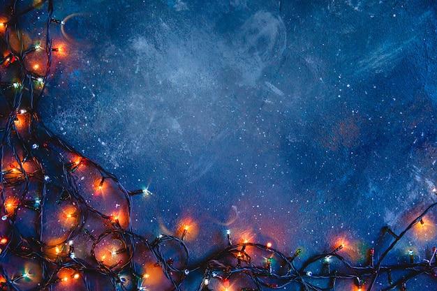 Textura angustiada azul escura com luzes brilhantes. fundo de natal