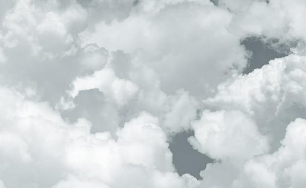 Textura cinzenta e branca de nuvens fofas. detalhe do close up do fundo da textura das nuvens brancas. sensação de toque suave como algodão. nuvens brancas fofas. céu sombrio e sombrio. plano de fundo para mortos e tranquilidade.