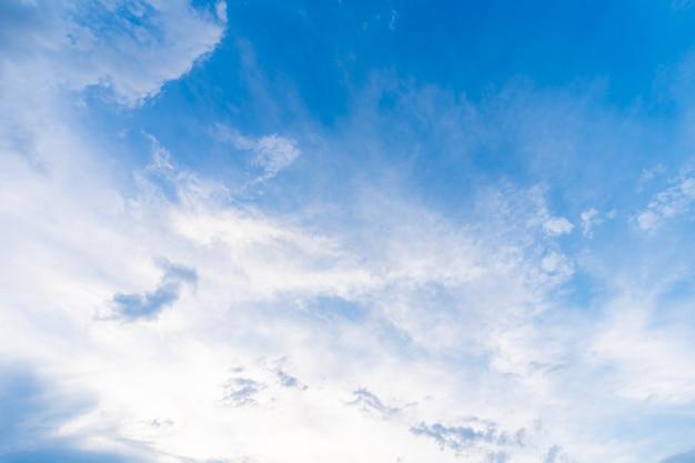 Textura clara do fundo do céu azul com nuvens brancas