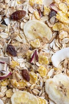 Textura com grãos inteiros para o café da manhã macro closeup muesli com frutas secas e frutas secas