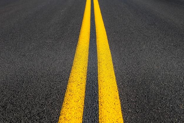 Textura da estrada com duas listras amarelas