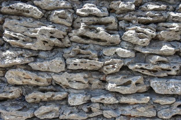 Textura da parede velha da casa de casca de calcário