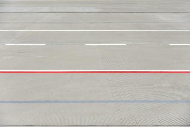 Textura da pista do aeroporto moderno com listras.