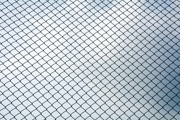 Textura da rede de metal gaiola isolar no fundo do céu azul