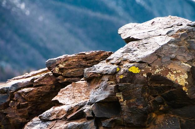 Textura das pedras e ascendente próximo do fundo. textura da rocha