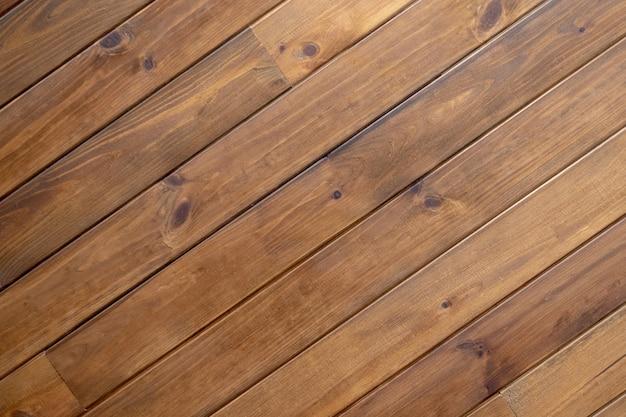 Textura das placas de parede de madeira diagonais. listras diagonais de madeira marrons da textura.