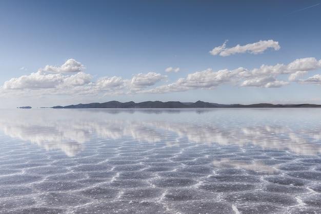 Textura de areia visível sob o mar cristalino e o céu