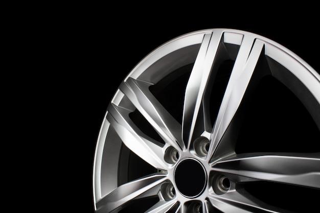 Textura de aro de roda de metal de alumínio. roda de liga leve do carro, isolada no fundo preto.