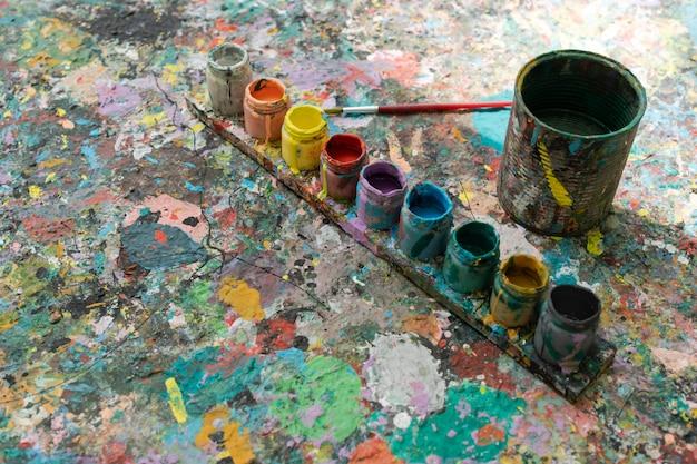 Textura de arte abstrata com tinta acrílica de cores misturadas em madeira.