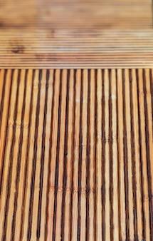 Textura de bambu rústica. linhas horizontais e verticais. ocre e tons de marrom.