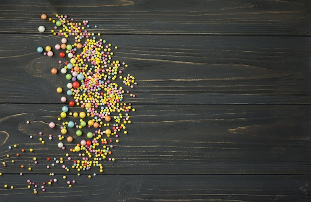 Textura de bola de espuma colorida. bola de espuma colorida em um fundo preto de madeira