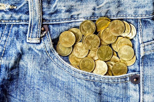 Textura de calças de ganga e moedas