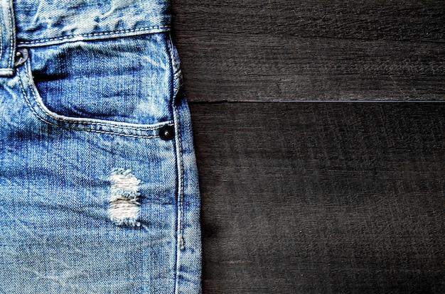 Textura de calças jeans e jeans azul no chão de madeira