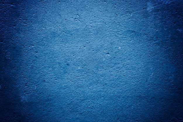 Textura de concreto e gesso na parede. tingimento criativo azul. pinga no close-up da parede. linhas onduladas no gesso. tendência cor azul clássico. cor de 2020. principal tendência do ano.