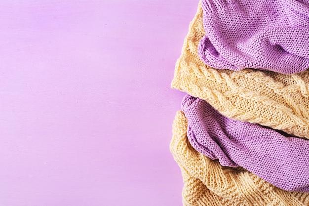 Textura de confecção de malhas de lã branca violeta. fundo de têxteis de camisola.