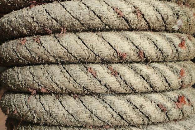 Textura de corda no poste de madeira.