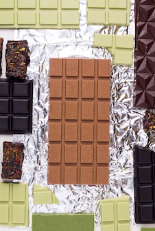 Textura de diferentes chocolates vegetarianos em um fundo brilhante