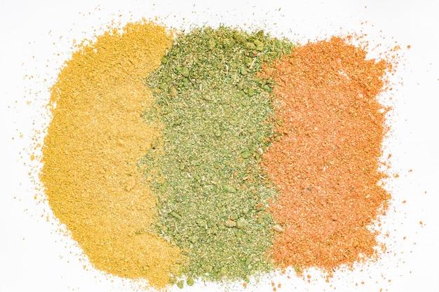 Textura de especiarias coloridas das cores laranja, amarelas e verdes.
