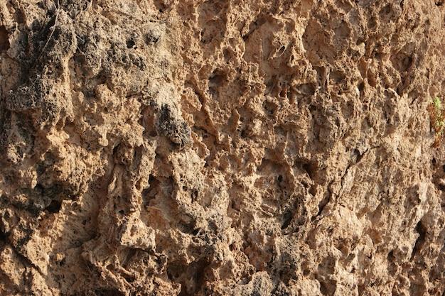 Textura de formação rochosa. padrão de arenito corroído natural. textura de erosão em formações rochosas. superfície da rocha de perto.