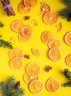 Textura de frutas laranja em fatias secas. quadro de comida. conceito de natal ou ano novo laranja.