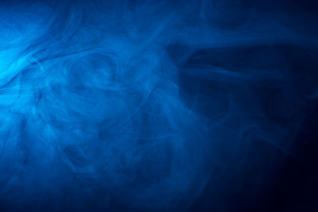 Textura de fumaça azul sobre fundo preto