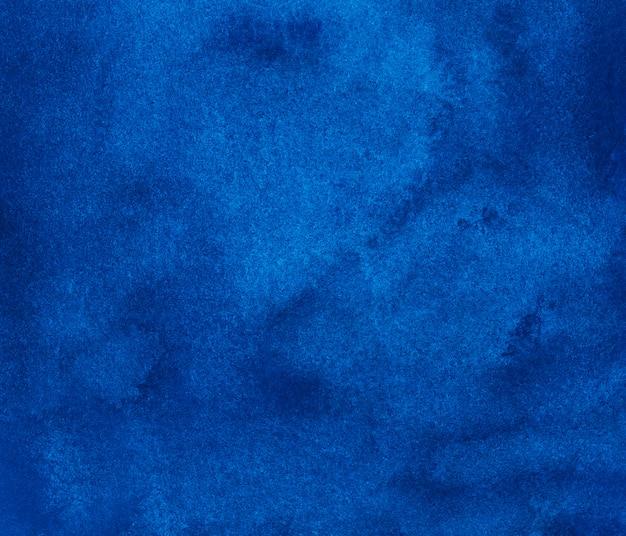 Textura de fundo azul profundo aquarela. fundo em aquarela de pintados à mão. céu azul manchas no papel.