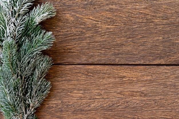 Textura de fundo madeira vintage com galhos de pinheiro de neve para design de comemoração de feliz natal