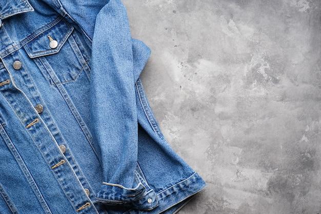 Textura de jeans clássico. jaqueta jeans azul, espaço para texto. vista do topo.