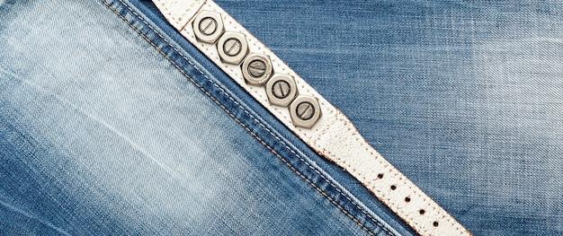 Textura de jeans jeans azul com pulseira de couro