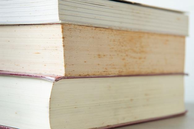 Textura de livros com mofo, umidade e poeira