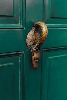 Textura de maçaneta de porta antiga vintage com fundo retrô