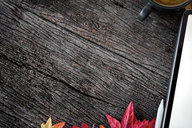 Textura de madeira com leat maple, tablet maquete e espaço de cópia.