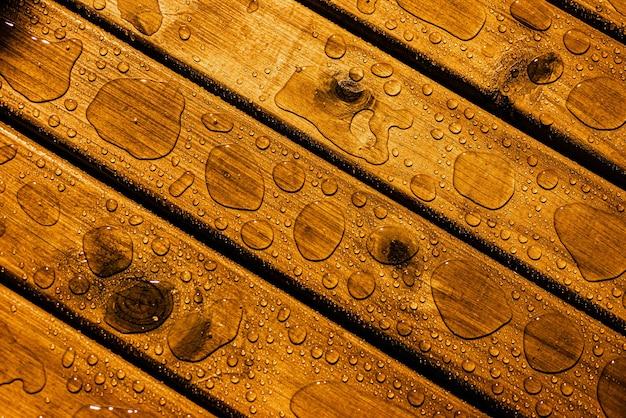 Textura de madeira com pingos de chuva com foco seletivo copiar espaço