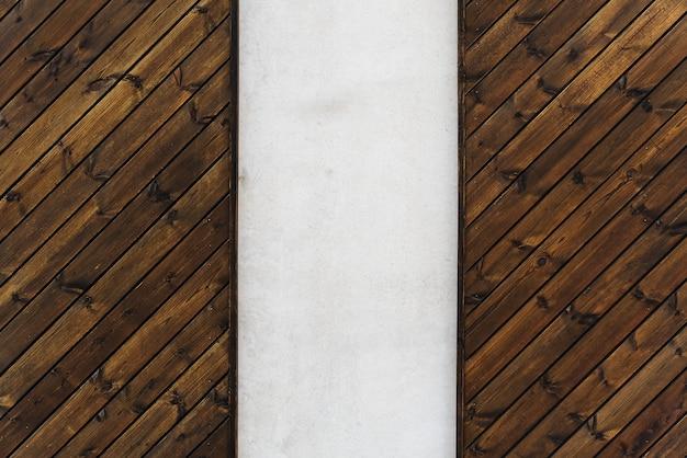 Textura de madeira da parede com inserção de concreto vertical. madeira e concreto design moderno de parede.