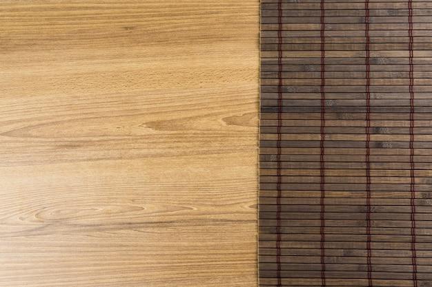 Textura de madeira. madeira rústica com tapete de pauzinhos de madeira escura. vista do topo.