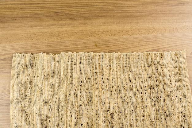 Textura de madeira. madeira rústica com tapete fino com fios creme. vista do topo.