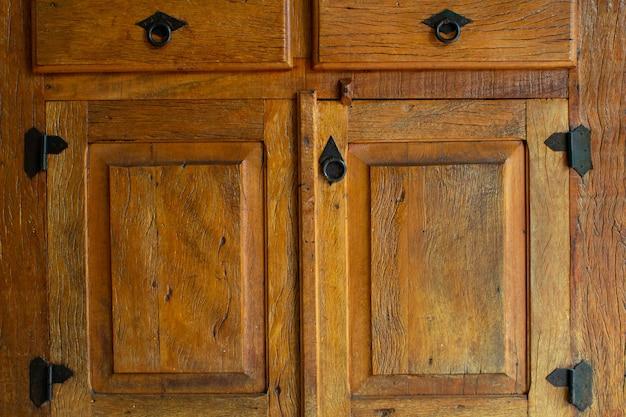 Textura de madeira rústica com dobradiças e fechos de ferro